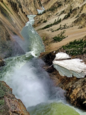 yellowstone_river_below_the_falls