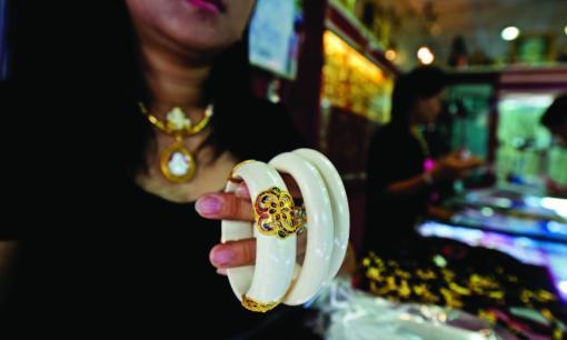 XL_bracelets_Thailand_market_299914