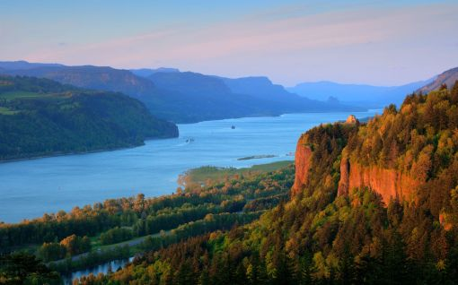 Beautiful-Picture-of-the-The-Columbia-River-Gorge-in-the-USA